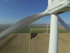 Éolienne photographiée par drone pour inspection