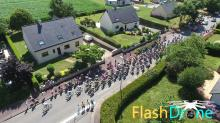 Evenement sportif course cycliste en vue aerienne par flashdrone