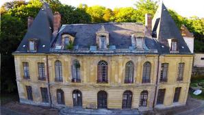 Façade du château d'Issou photographiée par un drone