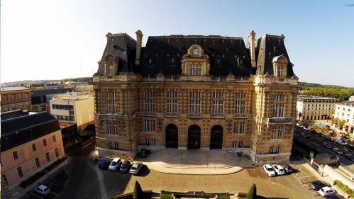 Facade mairie monument ou chateau vue aerienne