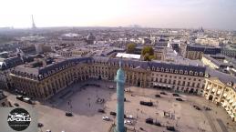 La tour eiffel vue par un drone de la place Vendôme