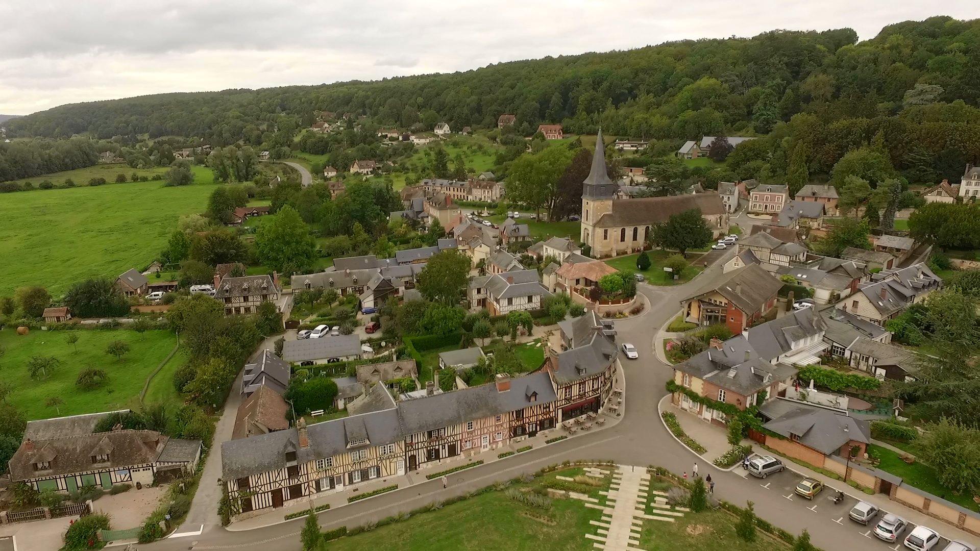 Le Bec Hellouin, visite de l'abbaye et son village en drone