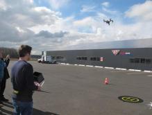 Le drone inspecte les panneaux solaires