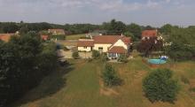 Maison en vente filmée par un drone en vue aérienne dans l'Eure