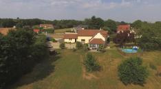 Maison en vente filmée par un drone en vue aérienne