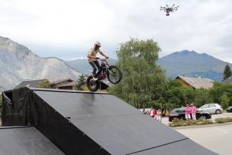 Personnage en action prise de vue aerienne par drone