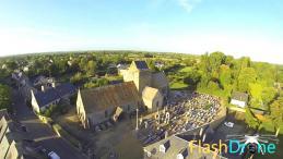 Petit village dans la manche photo aérienne de drone