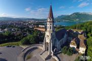 Photo aérienne basilique au dessus de la ville et du lac d'Annecy