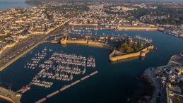 Photo aérienne de ville par drone en Bretagne