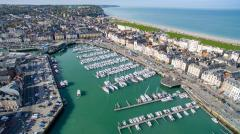 Photo aérienne village bord de mer photographié par un drone