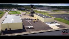 Photo d un drone au dessus d un aéroport et avions