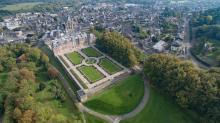 Photographie aérienne village et son château