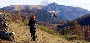 Pilote entrain de filmer et photographier avec un drone