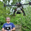 Pilote de drone dans la manche pour travaux et vue aerienne