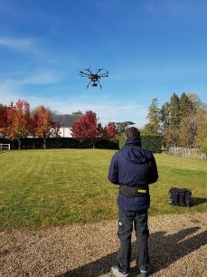 Pilote de drone réalisant des prises de vues aérienne