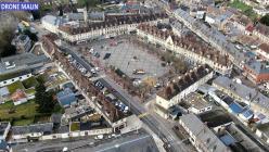 Place des Andelys en vue aérienne par pilote de drone Eure Normandie
