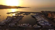 Port de corse avec couche de soleil photographie par un drone