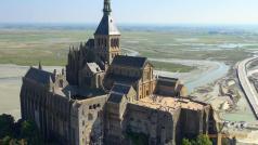 Prise de vues aériennes de l abbaye du mont Saint Michel par un drone