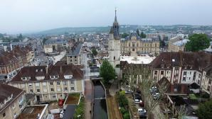 Promenade de l'Iton le beffroi et la mairie d'Evreux