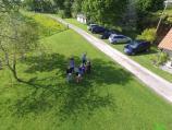 Réunion de famille photographiée d un drone