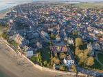Village de bord de mer en vue aerienne de drone