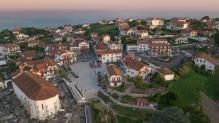 Village du pays basque en vue aérienne par drone