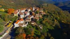 Village provençale en vue aérienne par drone