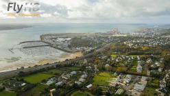 Ville de Bretagne en vue aérienne par drone