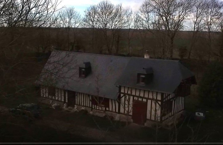 Vue aerienne d un bien immobilier filmee par un drone