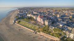 Vue aerienne de drone village portuaire