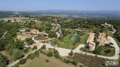Vue aérienne de la bastide de Capelongue  propriété a Connieux dans le luberon