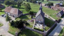 Vue aérienne église village par drone