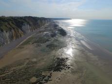 Vue aérienne mer plage falaises et ciel par drone