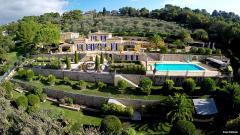 Vue aérienne par drone d une maison et son environnement