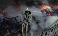 Vue aérienne par drone de pompiers sur incendie
