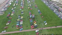 Vue aérienne rassemblement voitures anciennes photo aérienne