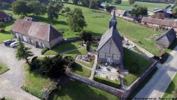 Vue aérienne d'une église dans un petit village