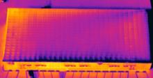 Vue d ensemble de panneaux solaires sur une toiture par image infrarouge