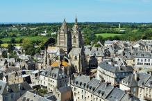 Vues aériennes par drone de villes ou villages